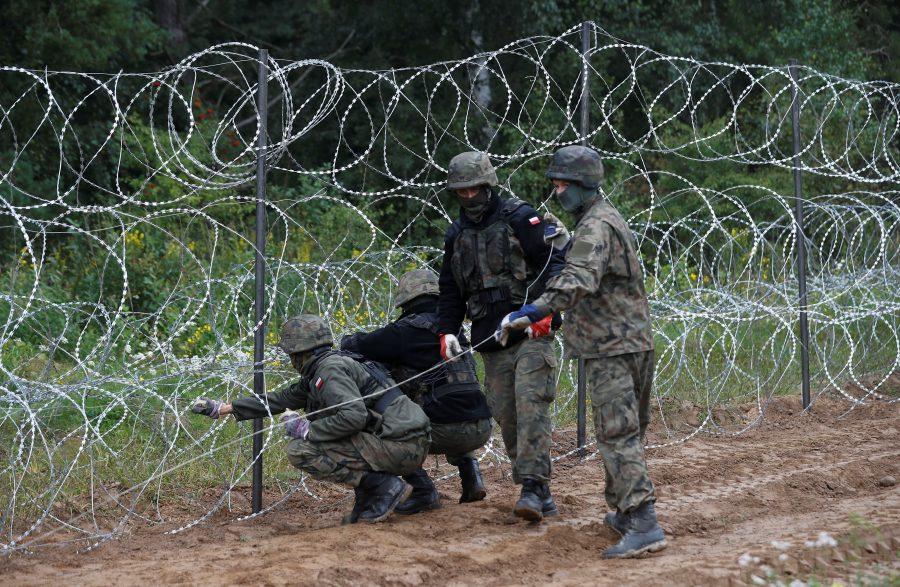 Poljsko beloruska meja: vojaki postavljajo zaščitno ograjo iz bodeče žice